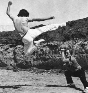 Il M.° Mauro in una tecnica di calcio volante (estate 1982)